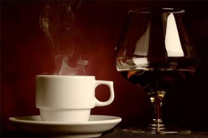 бокал коньяка и чашка кофе