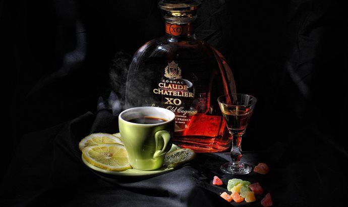 бутылка коньяка и чашка кофе