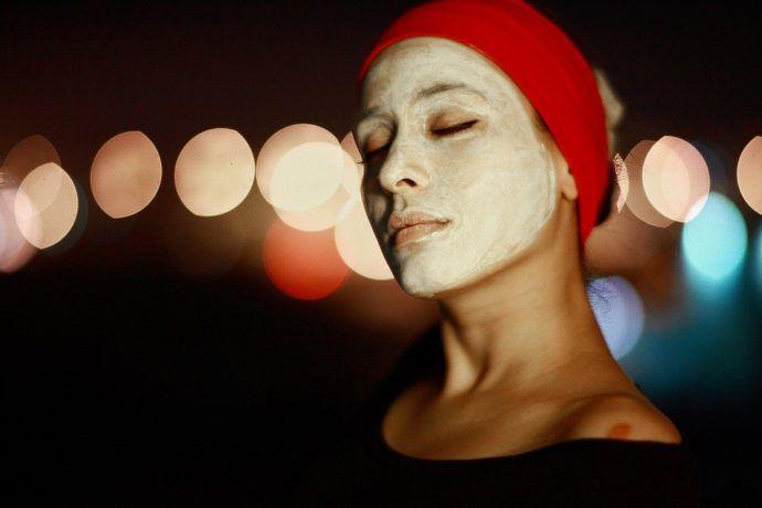 девушка с нанесенной косметической маской