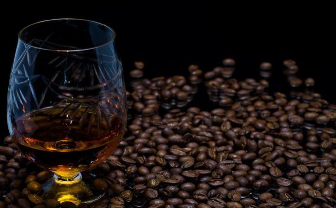 кофейные зерна и коньяк