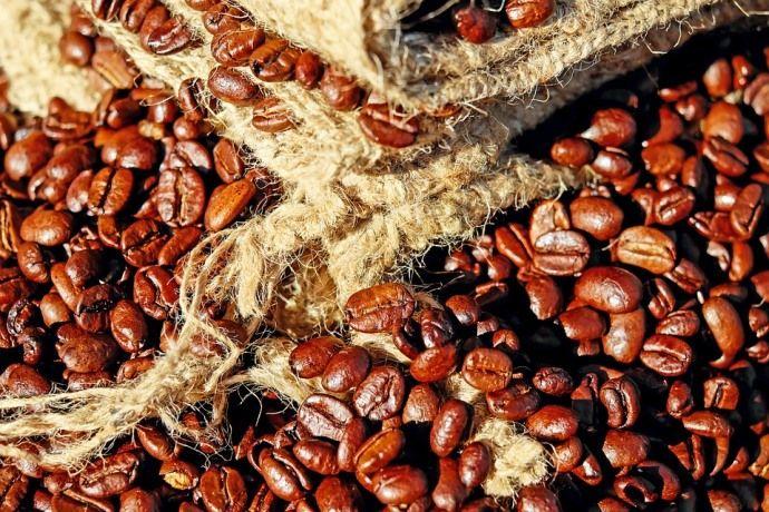 кофейные зерна на фоне мешка