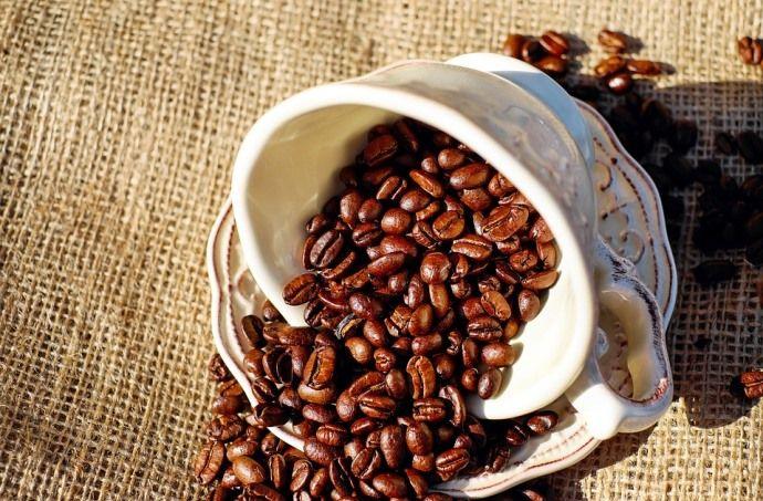 кофейные зерна в чашке