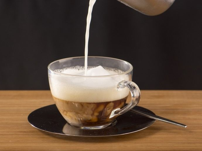 добавление молока в капучино