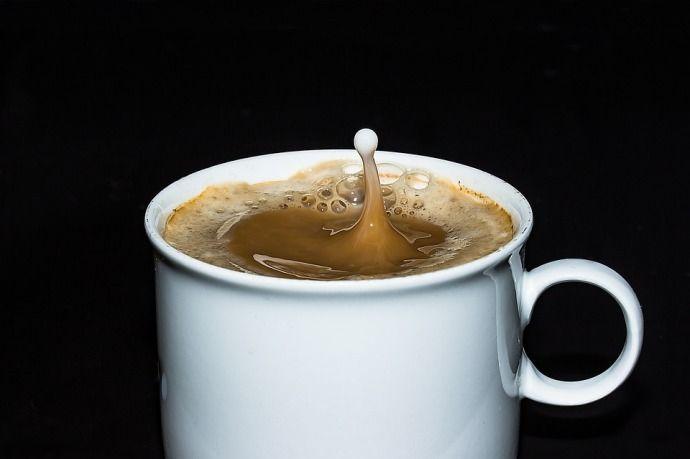 капля молока в кофе