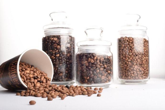 зерна кофе в банках