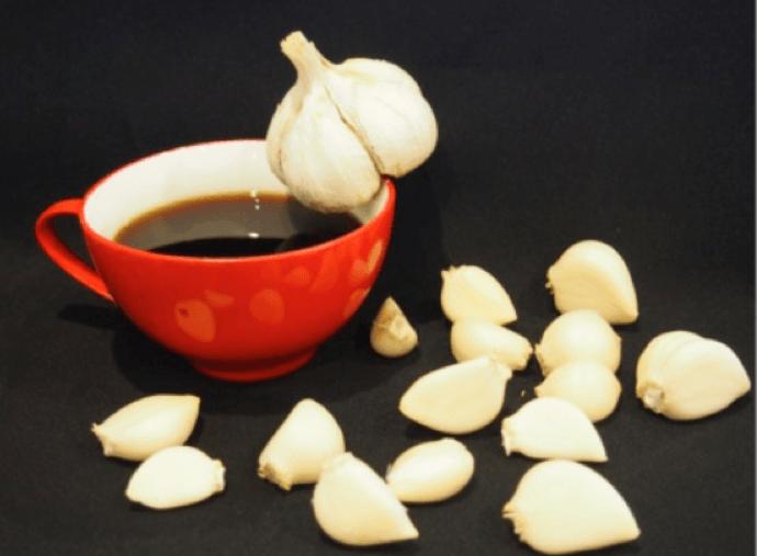 чашка кофе и чеснок