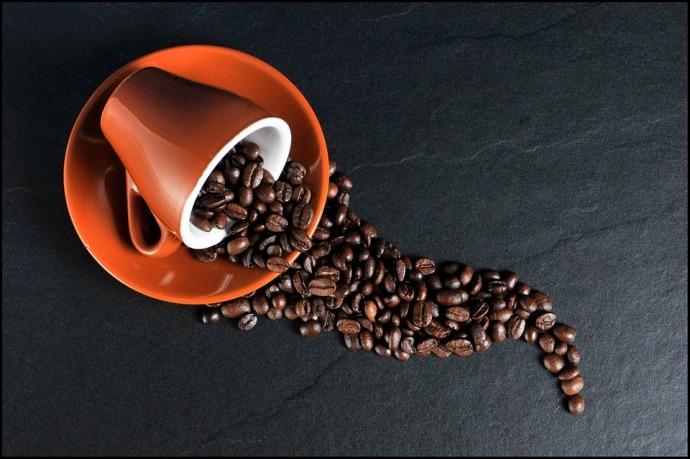 кофейная чашка с зернами