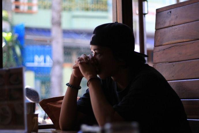 Парень в депрессии с кофе