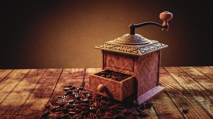 старая ручная кофемолка