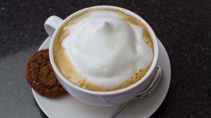 кофе со сливками и печеньем