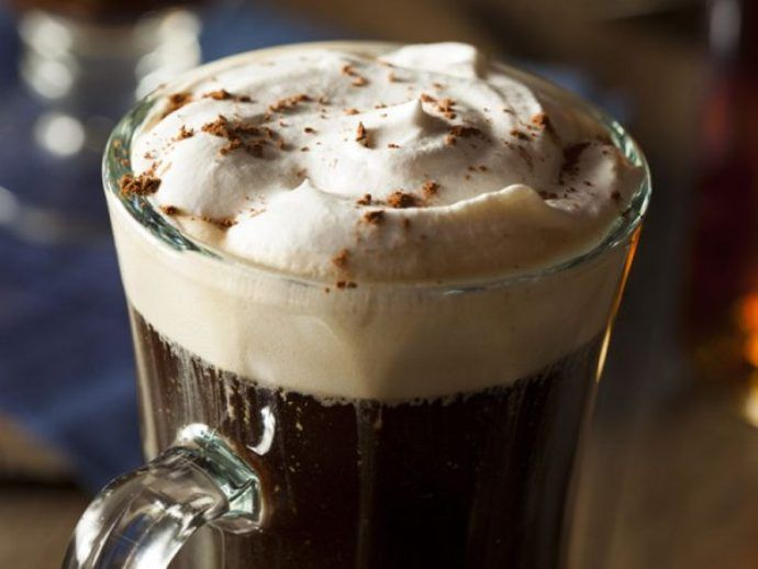 кофе со сливками в бокале