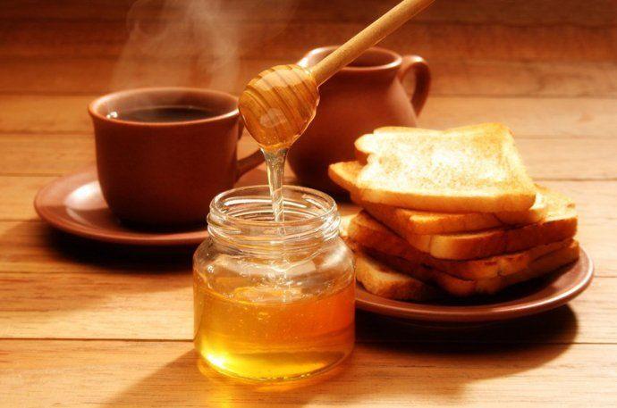 кофе с мёдом и тостами