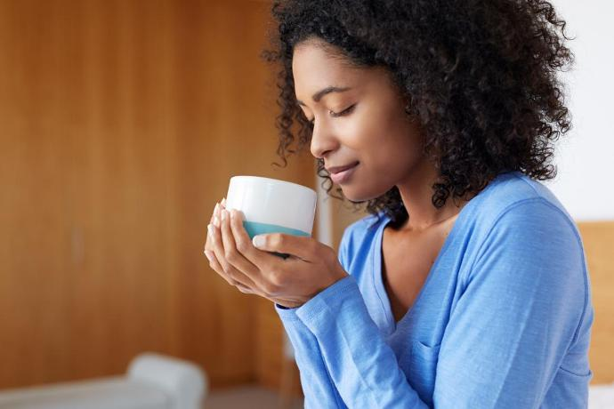 негритянка пьёт кофе