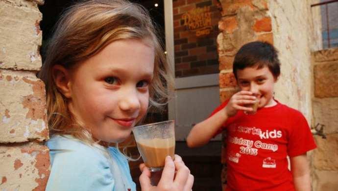 дети пьют кофе