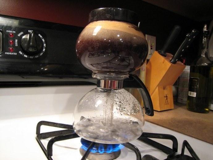 приготовление кофе в вакуумной кофеварке