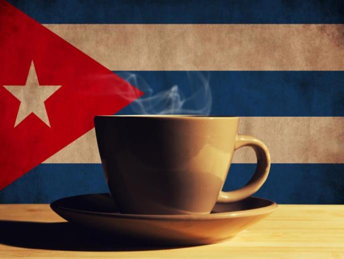 чашка кофе на фоне кубинского флага