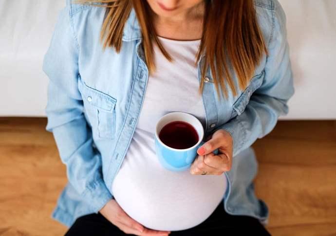 беременная девушка с кофе